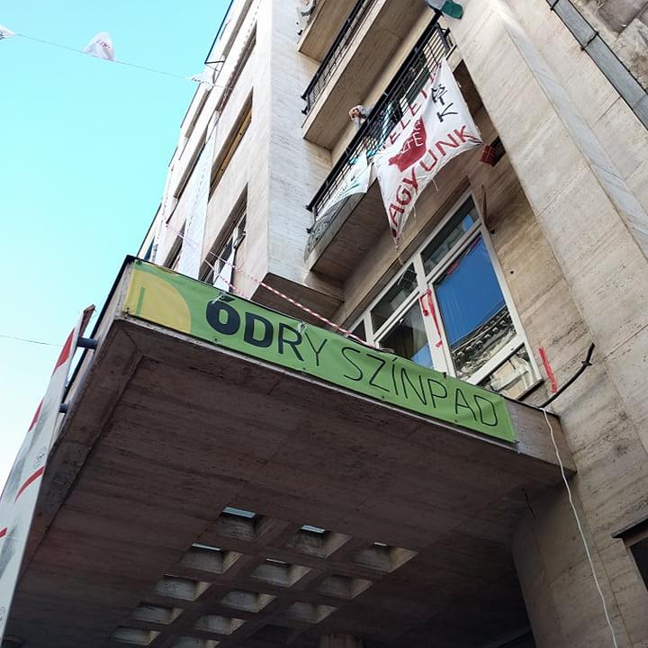 Eladják az SZFE épületeit, megszűnik az Ódry Színpad